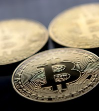 (FILES) This file photo taken on November 20, 2017 shows gold plated souvenir Bitcoin coins arranged for a photograph in London.  Bitcoin, which this week soared to a new record high of more than $8,000, is the monetary equivalent of Uber, since it bypasses central bank regulation and could be attractive for financially fragile countries, economists say. Nevertheless, it is precisely the lack of oversight that opens up the users of cryptocurrencies such as bitcoin to risks and dangers, analysts warn.  / AFP PHOTO / Justin TALLIS